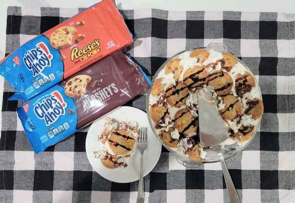 simple ice cream pie with cookie toppings