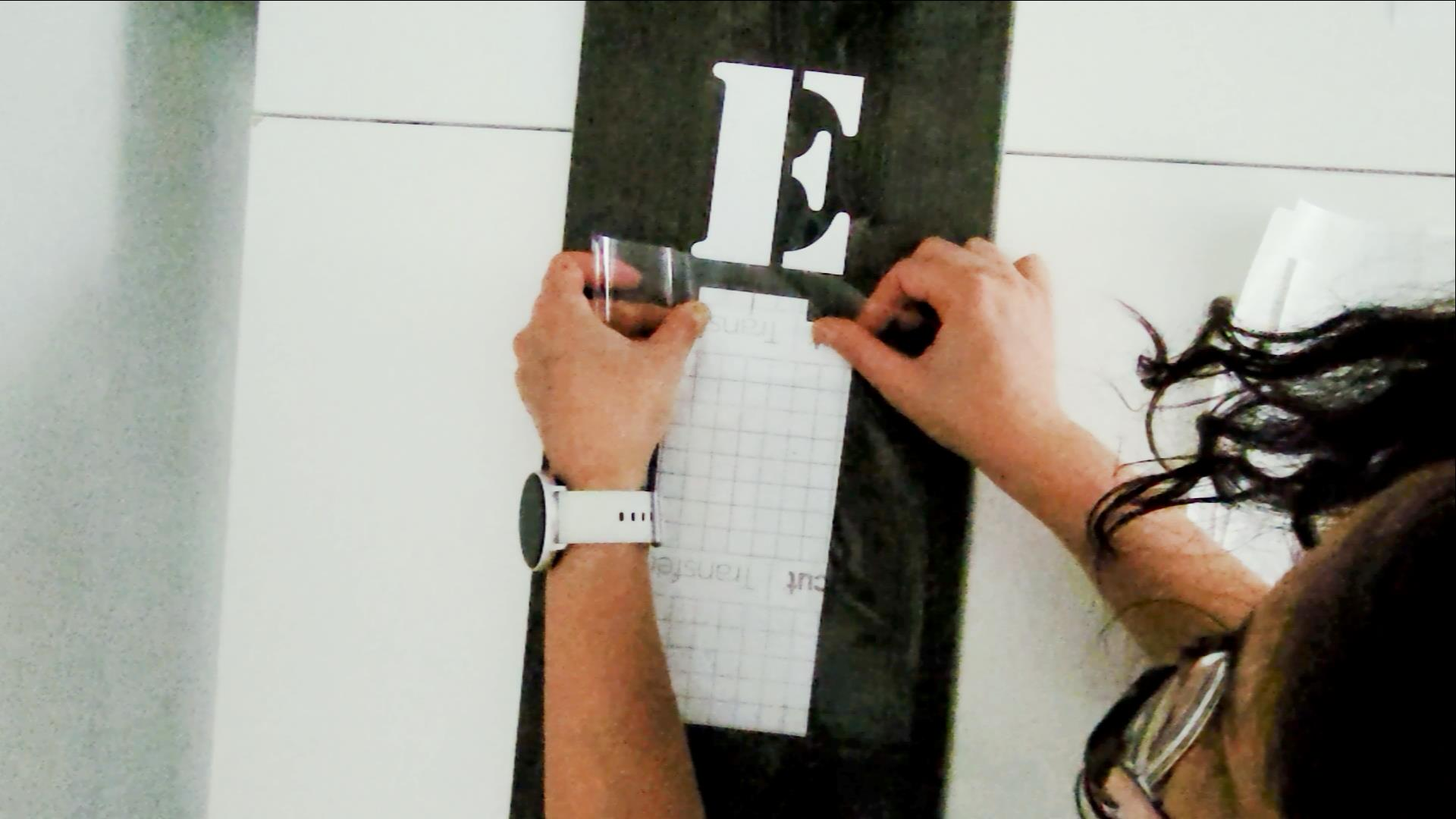 how to align and space the vinyl letters on a vertical welcome sign so they are even