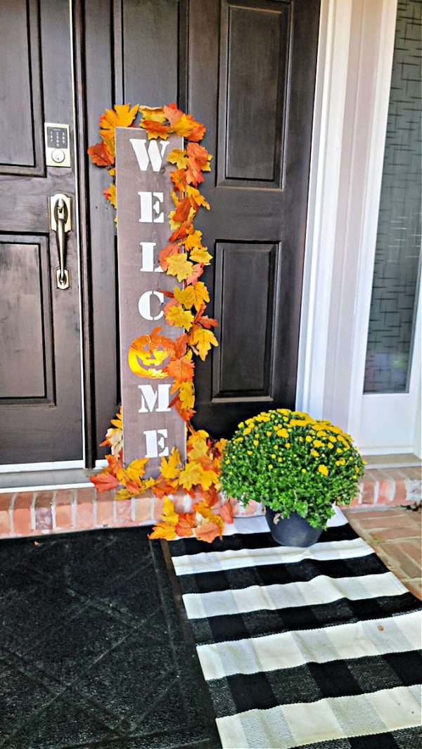 another view of this porch welcom sign